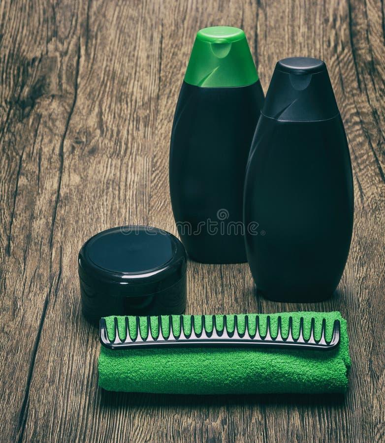 Haarpflegekosmetik mit Tuch und Kamm lizenzfreies stockfoto