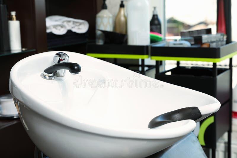 Haarreinigungswanne im modernen Salon lizenzfreies stockfoto