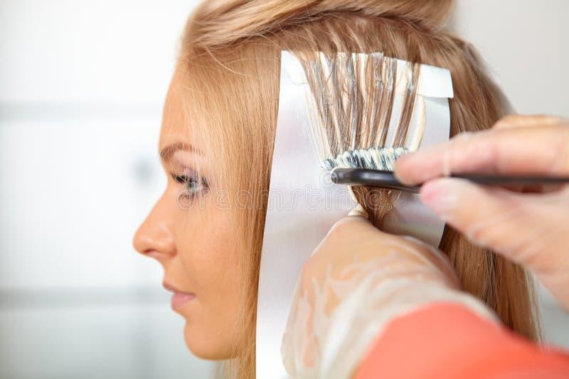 Haarsalon. Kleuring. royalty-vrije stock afbeeldingen