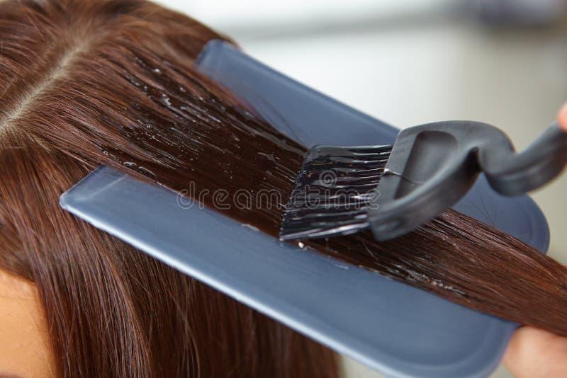 Haarsalon. Toepassing van schoonheidsmiddelen. stock foto's
