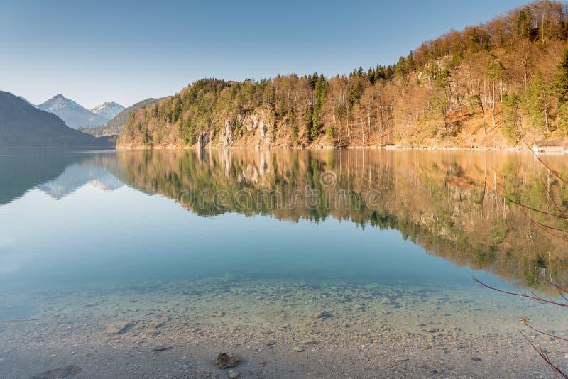 Haarscharfe Wasserreflexion im Hohenschwangau See lizenzfreies stockfoto