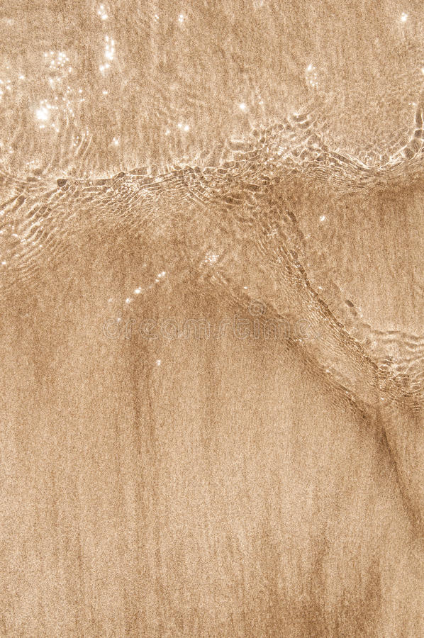 Haarscharfe Welle, die den Sand berührt lizenzfreie stockfotografie