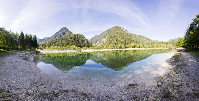 Haarscharfes blaues Wasser, See und Berge Panorama der wilden Landschaft, natürliche Umwelt Julian Alps, Nationalpark Triglav lizenzfreies stockbild