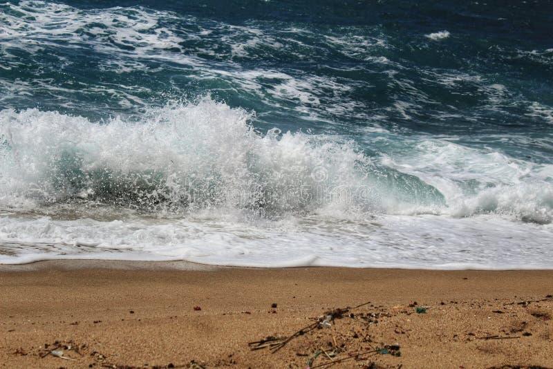 Haarscharfes und wildes Wasser im Praia DA Foz, Sesimbra, Portugal stockbilder
