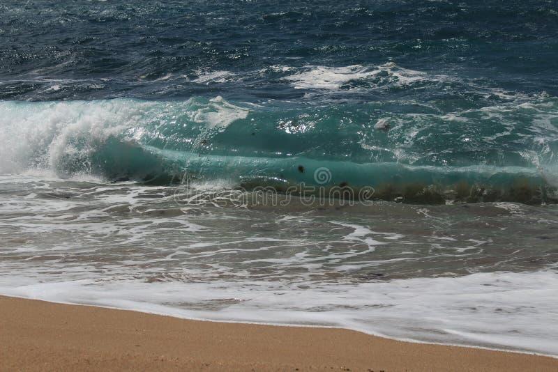 Haarscharfes und wildes Wasser im Praia DA Foz, Sesimbra, Portugal lizenzfreie stockfotos