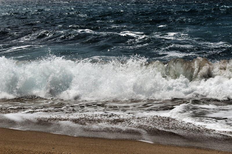 Haarscharfes und wildes Wasser im Praia DA Foz, Sesimbra, Portugal lizenzfreie stockfotografie