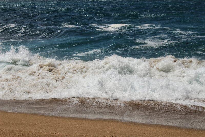 Haarscharfes und wildes Wasser im Praia DA Foz, Sesimbra, Portugal stockfoto