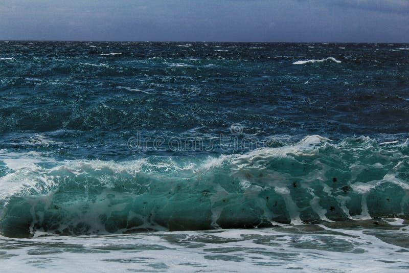 Haarscharfes und wildes Wasser im Praia DA Foz, Sesimbra, Portugal lizenzfreies stockbild