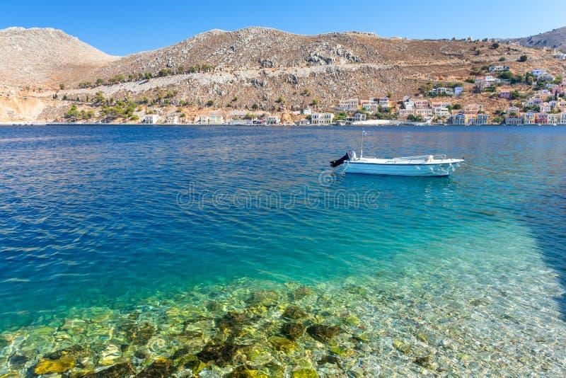 Haarscharfes Wasser im Ägäischen Meer auf Symi-Insel in Griechenland stockbilder