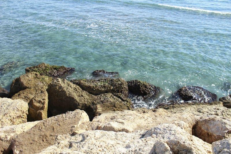 Haarscharfes Wasser und Felsen stockfotografie