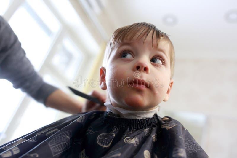 Haarschnitt des Kindes lizenzfreies stockbild