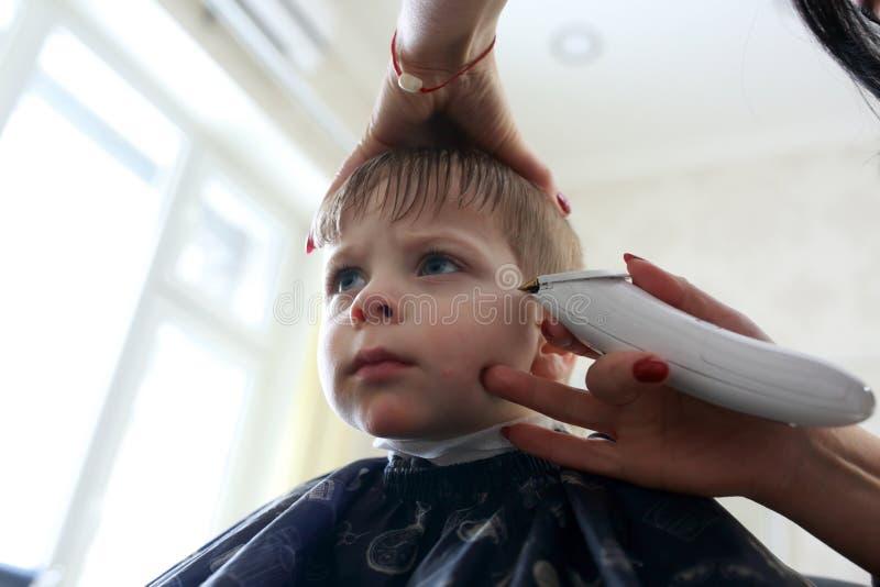 Haarschnitt des Kindes stockfotografie