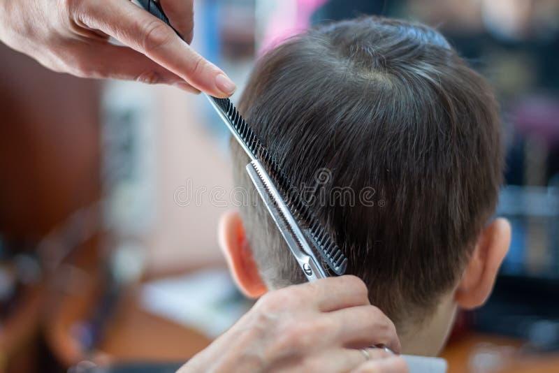 Haarschnittkinderstilist am Friseur lizenzfreie stockfotografie