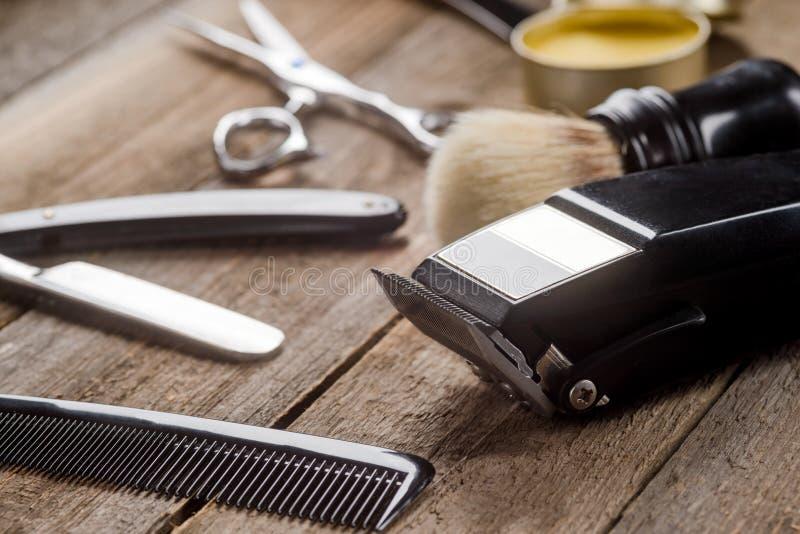 Haarsnoeischaar op houten oppervlakte stock fotografie