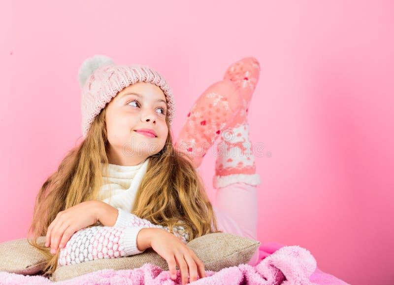 Haartraum-Rosahintergrund des Mädchens langer Gestrickter Zusatz des Kinderträumerische Gesichtes Abnutzung Kindermädchen tragen  stockfoto