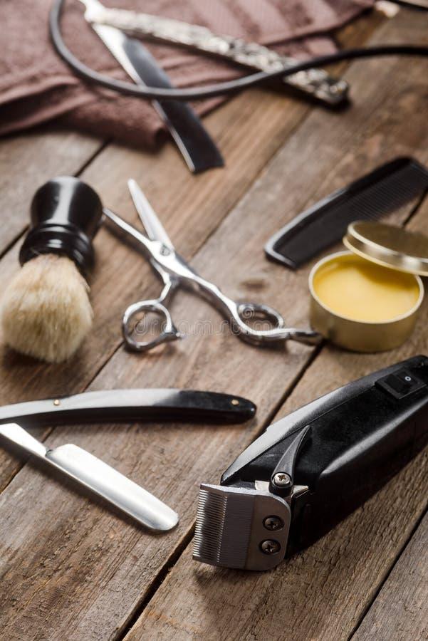 Haartrimmer und gerades Rasiermesser stockfoto