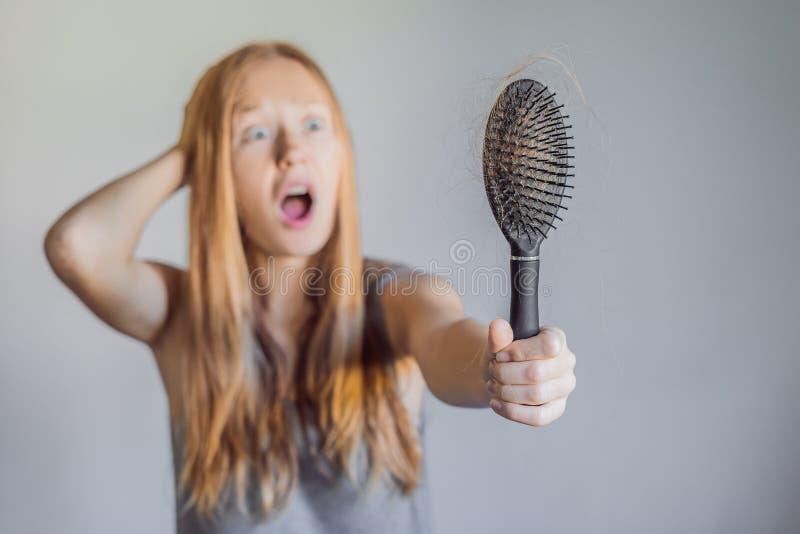 Haarverlies in vrouwenconcept Heel wat verloren haar op de kam stock foto