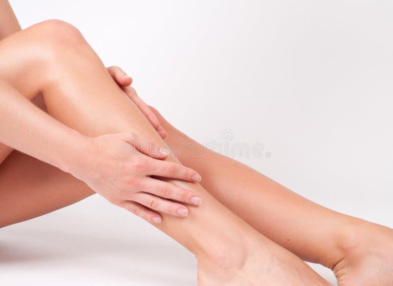 Haarverwijdering en epilation Vrouwenbenen met vlotte huid na ontharing royalty-vrije stock foto