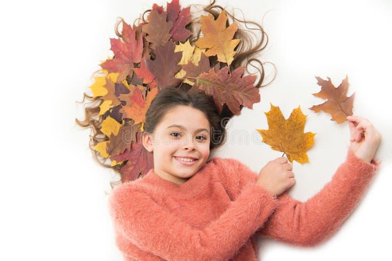 Haarverzorging in het najaar Verhinder droge gespleten haaruiteinden Kinderen genieten van het 'fall-abonnement' Meisjes schattig stock foto