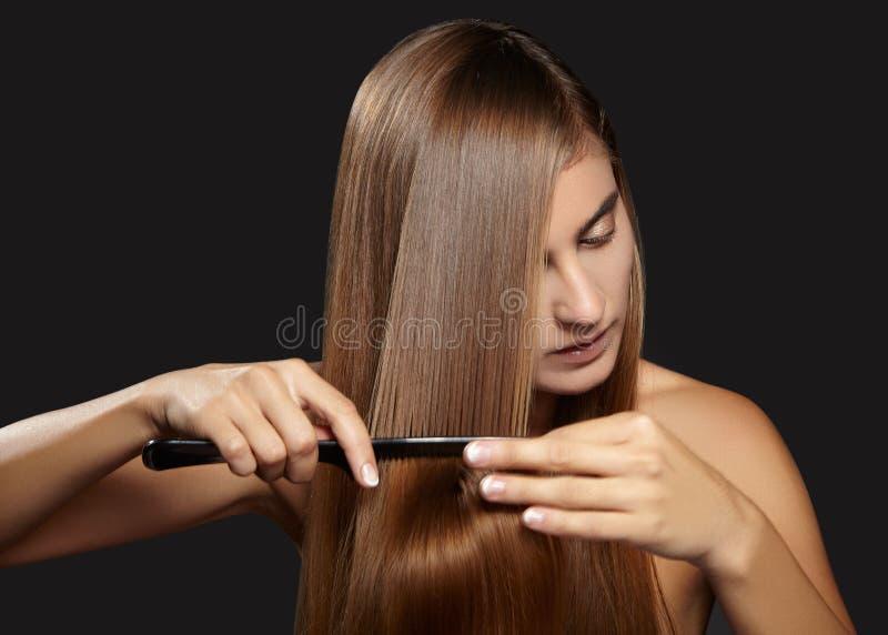 Haarverzorgingfoto Mooie vrouw na het Gezonde Rechte Bruine Haar van Badhairbrushing Modelbrushing her long-Haar royalty-vrije stock foto's