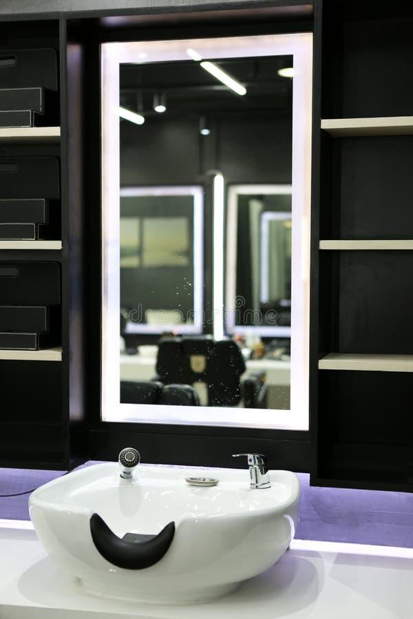 Haarwäschewanne im Schönheitssalon lizenzfreie stockfotos