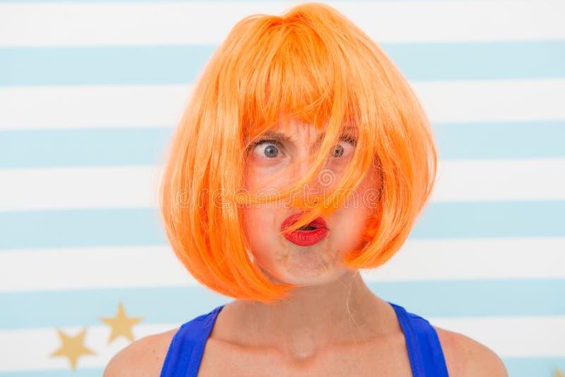 Haarwiederbelebungs-Verfahrensrat Kosmetik für Sorgfalt und Wiederbelebung Perücke roten Ingwers Dame und bilden nah oben Färbung lizenzfreie stockbilder