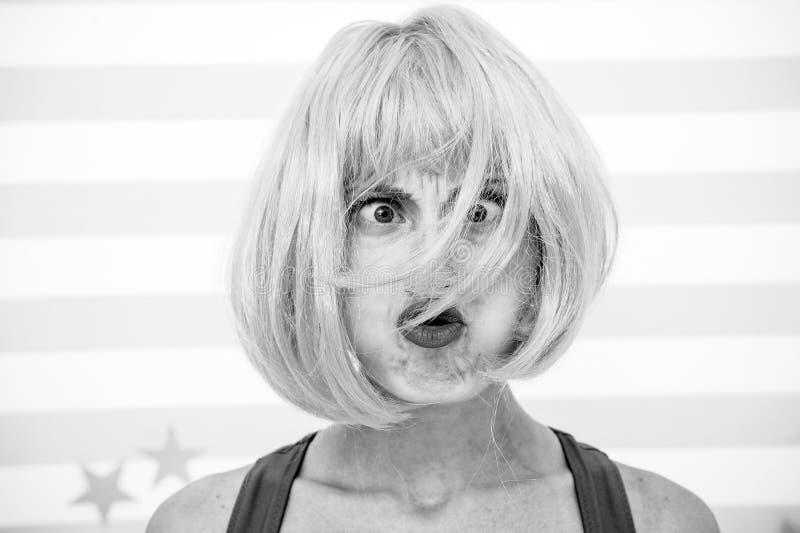 Haarwiederbelebungs-Verfahrensrat Kosmetik für Sorgfalt und Wiederbelebung Perücke roten Ingwers Dame und bilden nah oben Färbung stockbild