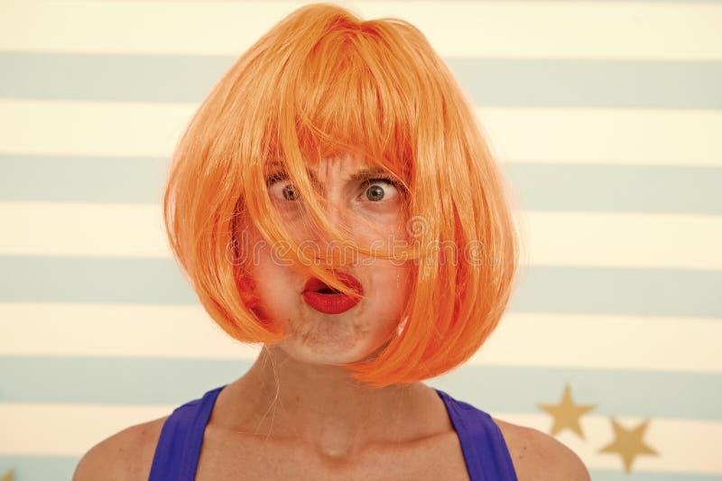 Haarwiederbelebungs-Verfahrensrat Kosmetik f?r Sorgfalt und Wiederbelebung Per?cke roten Ingwers Dame und bilden nah oben F?rbung lizenzfreie stockfotografie