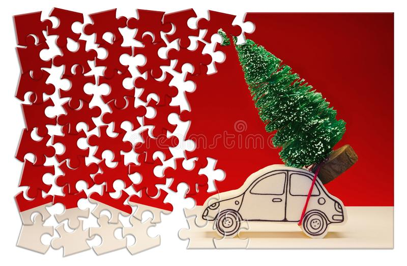 Haast omhoog! Kerstmis komt! Vakantieconcept met een kleine pijnboomboom op met de hand gemaakte beeldverhaalstuk speelgoed auto  royalty-vrije stock afbeelding