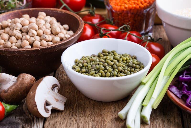 Haba de Mung Variedad de verduras frescas y granos y habas secos fotos de archivo