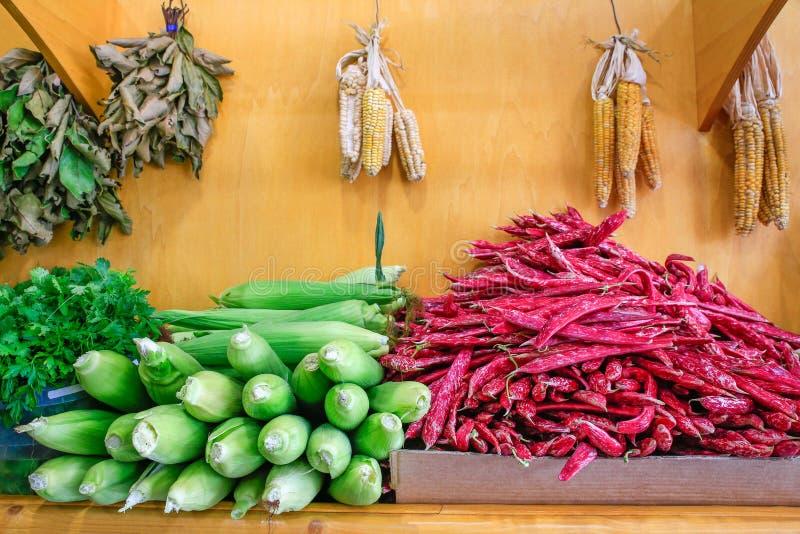 Habas de Borletto y mazorcas de maíz rojas en mercado foto de archivo libre de regalías