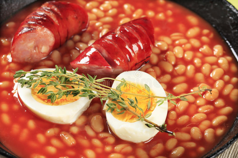 Habas de Lima en salsa y salchicha de tomate foto de archivo
