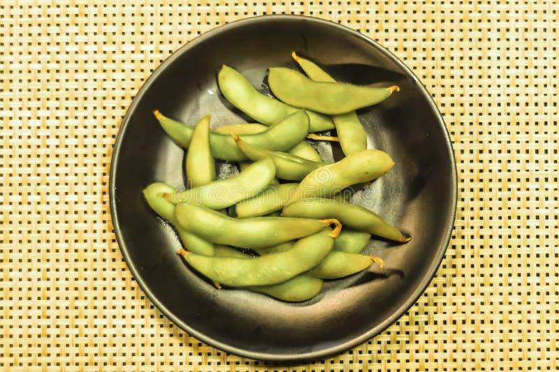 Habas de soja verdes en plato Fondo limpio de la comida del plato del extracto sano japonés de la idea fotografía de archivo