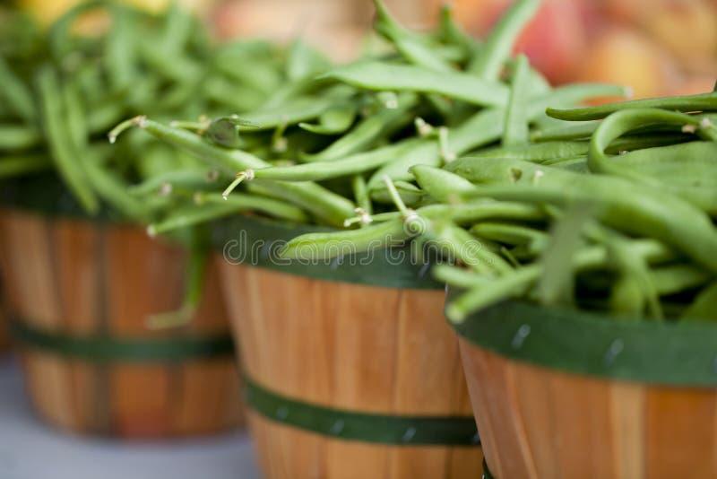 Habas verdes en cestas en el mercado de los granjeros imagenes de archivo