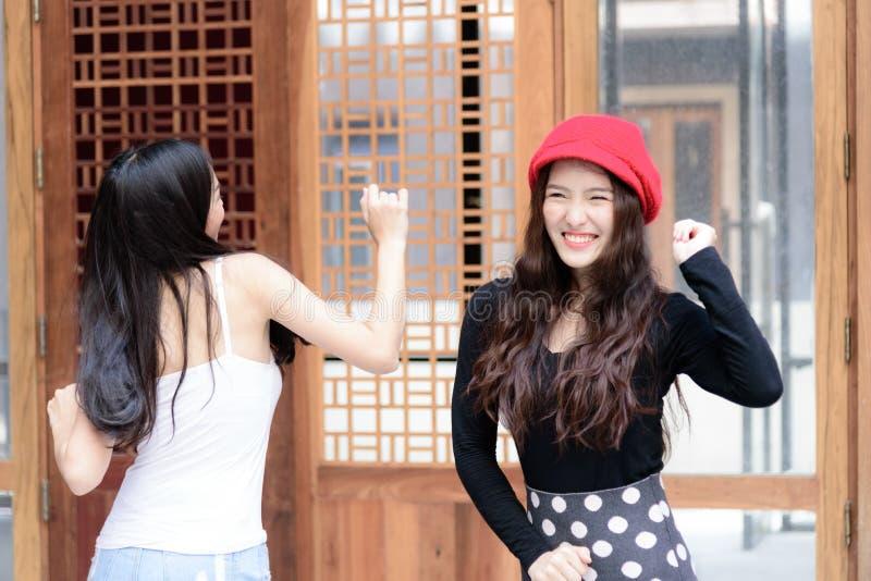 Haben asiatisches Porträtmädchen des Duos Tanzen mit Glück und Gebäude lizenzfreies stockfoto