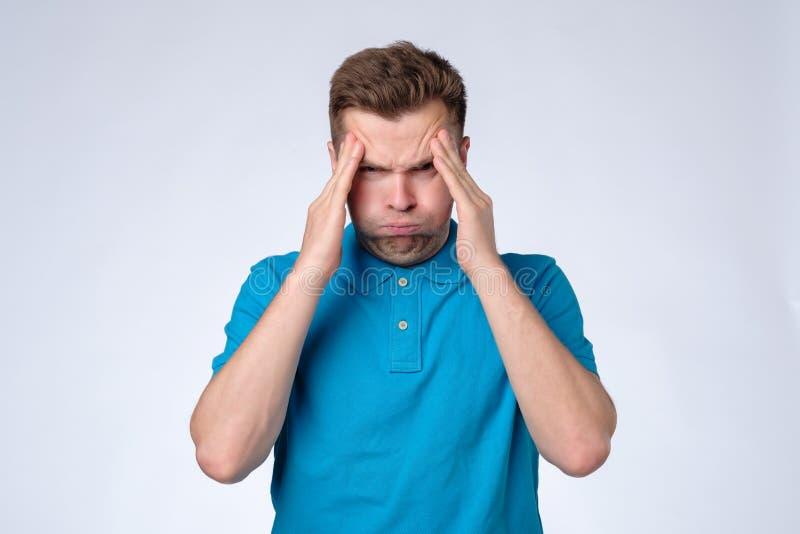 Haben Sie etwas Probleme Mann im blauen Hemd mit Kopfschmerzen stockbilder