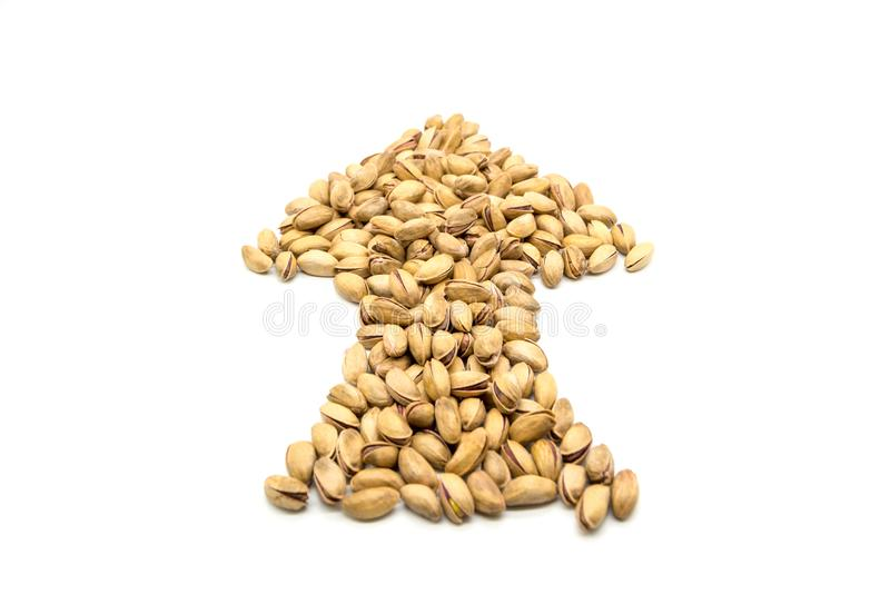 Haber asado seca de la nuez de pistachos del primer y salado como forma de la flecha aislada en blanco fotografía de archivo libre de regalías