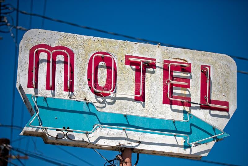 Haber dilapidado, motel del vintage firma adentro el desierto de Arizona imagen de archivo libre de regalías