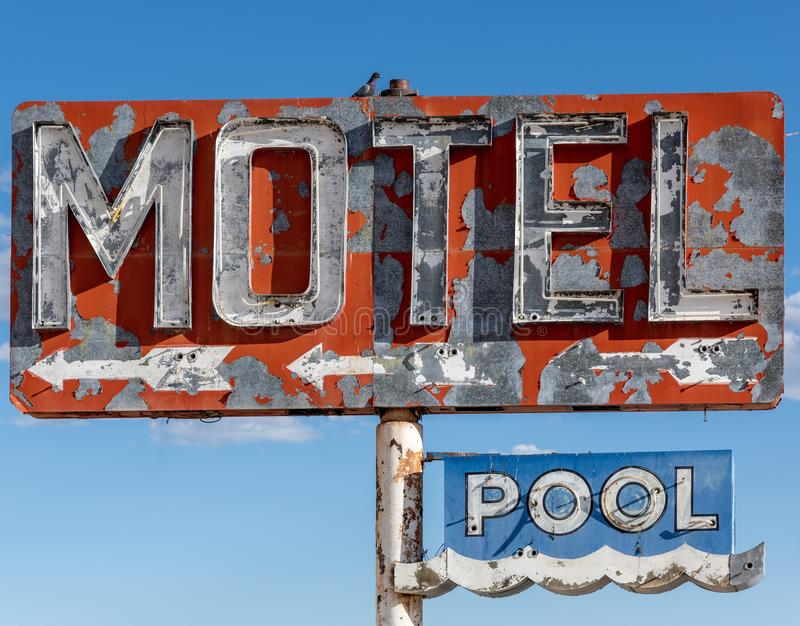 Haber dilapidado, motel del vintage firma adentro el desierto de Arizona fotos de archivo libres de regalías