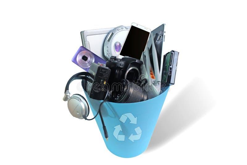 Haber roto inútil electrónica o daño en el cubo de basura aislado en el fondo blanco foto de archivo