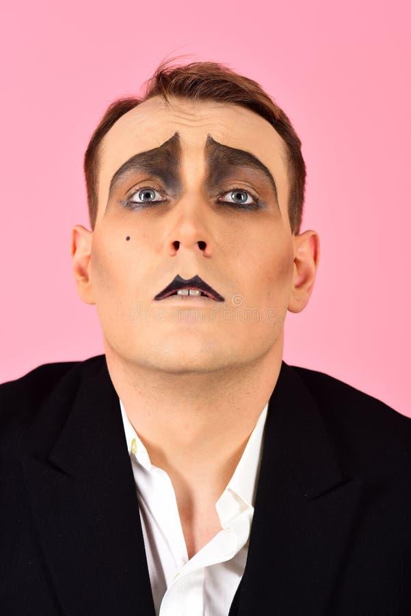 Habilidad en la improvisación Imite al artista Mime con la pintura de la cara El hombre con imita maquillaje El imitar del actor  fotografía de archivo libre de regalías