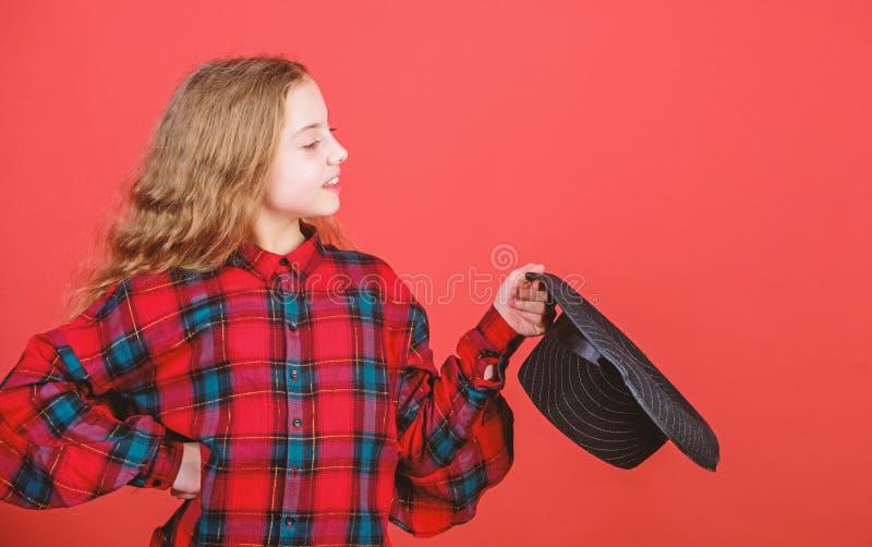 Habilidades de actuaci?n practicantes del ni?o art?stico de la muchacha con el sombrero negro Academia temporaria Enter Escuela d imágenes de archivo libres de regalías