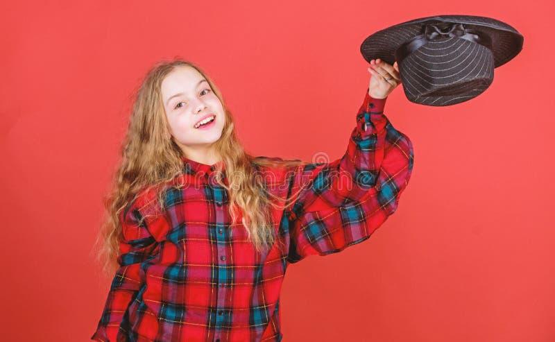 Habilidades de actuaci?n practicantes del ni?o art?stico de la muchacha con el sombrero negro Escuela de actuaci?n para los ni?os imagen de archivo