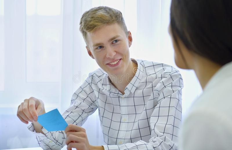 Habilidades de discurso sonrientes de la práctica motivada positiva del estudiante masculino con experiencia del crecimiento de l fotos de archivo