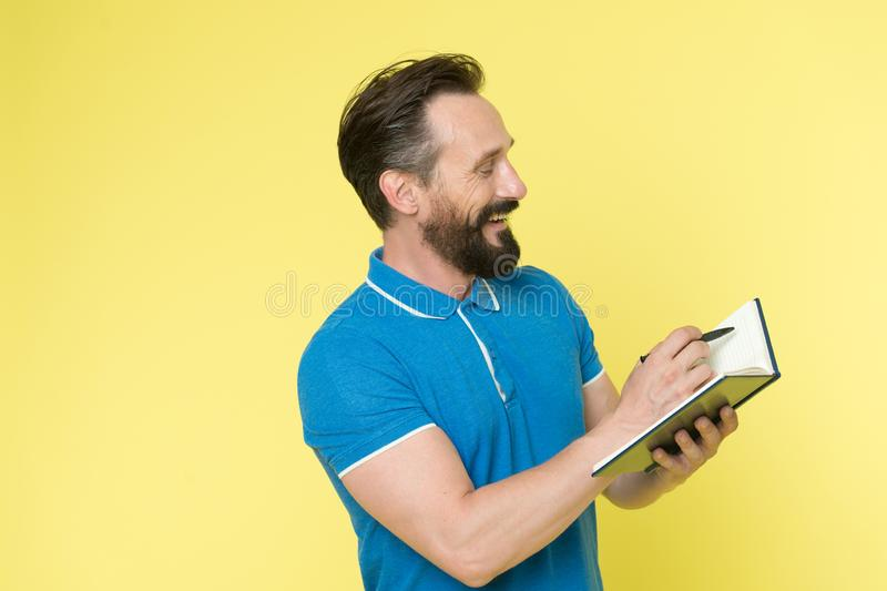Habilidades de gestión de tiempo Libreta del control del horario del planeamiento del hombre Cara sonriente feliz del encargado b foto de archivo libre de regalías