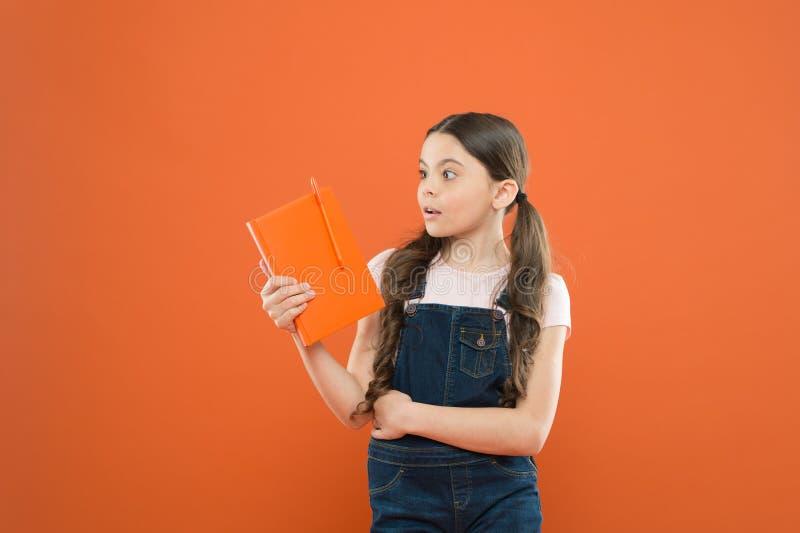 Habilidades de leitura Lendo a atividade Lerdo bonito Livro da posse da criança Conceito das livrarias Literatura interessante de foto de stock royalty free