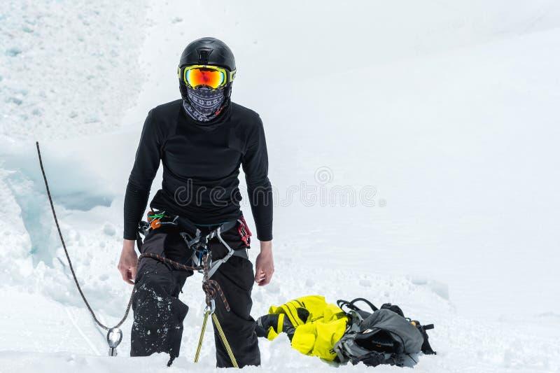 Habilidades del hacha y de la cuerda de hielo del entrenamiento del candidato de la guía de la montaña en un glaciar en el Cáucas fotos de archivo libres de regalías