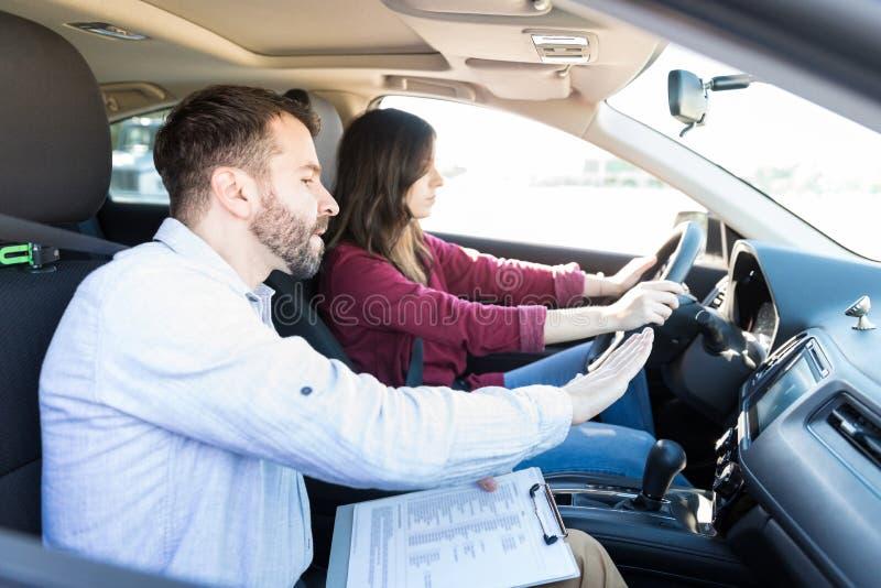 Habilidades expertas de Showing Car Driving del profesor del coche imagen de archivo libre de regalías