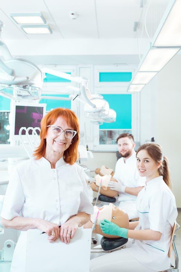 Habilidades prácticas de ayuda del amo futuro de los dentistas imagenes de archivo
