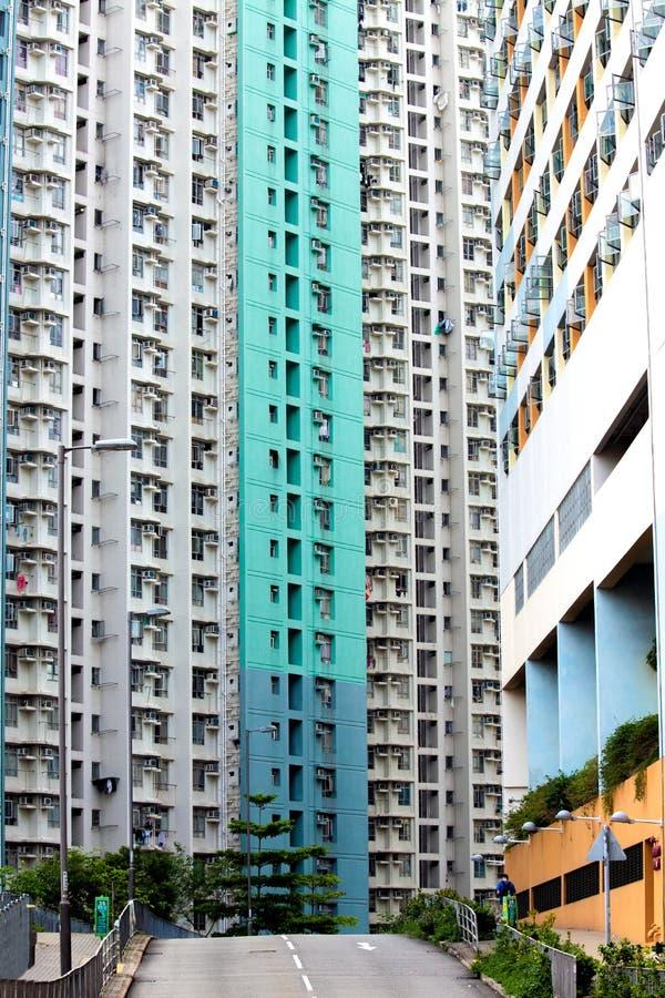 Habilitação a custos controlados densa do arranha-céus na HK com parede colorida imagens de stock royalty free